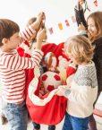 niños-recogiendo-play-and-go-rojo